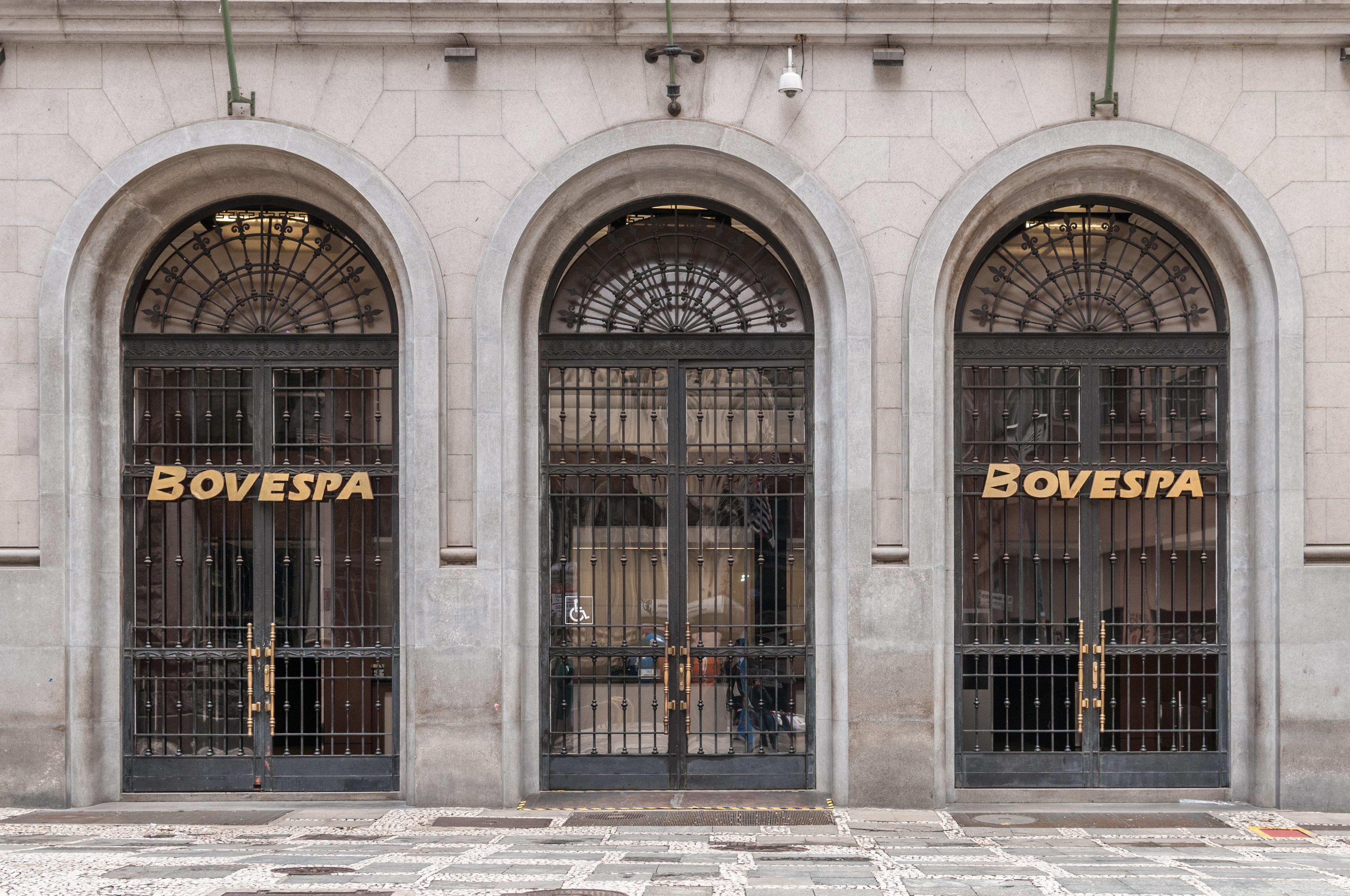 Ibovespa encerra sexta-feira com queda de 0,23%, após atingir 90 pontos