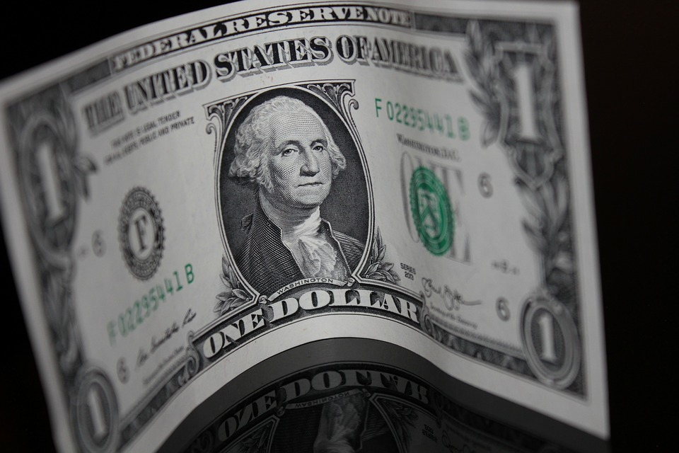 Dólar encerra no menor nível em mais de dois meses, com Fed e Copom