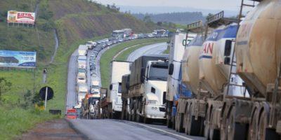 Greve dos caminhoneiros bloqueia rodovias em 16 estados