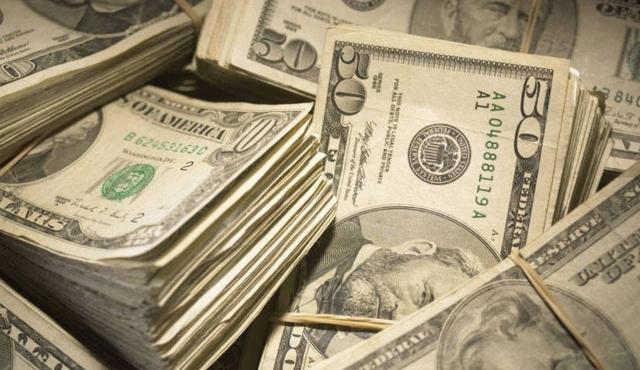 Dólar opera em alta devido a turbulência na política nacional