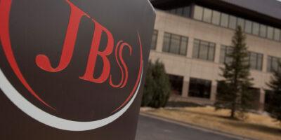 JBS (JBSS3) recompra R$ 599,7 mi em ações da empresa em janeiro