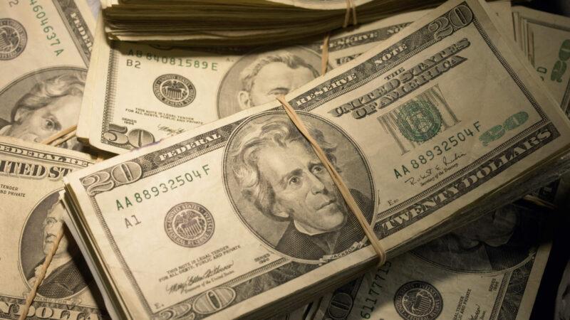 Dólar se aproxima de R$ 5,80; aéreas têm forte queda na B3