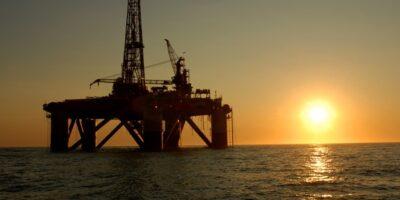 Petróleo fecha em alta, com rumor de que EUA planejam segurar preços do mercado internacional