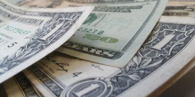 Dólar mantém alta sobre o real após BC vender US$ 1,2 bi em leilão