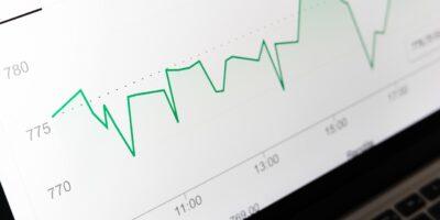 Ibovespa destoa do exterior e recua após dados de serviços; BRF (BRFS3) cai 3%