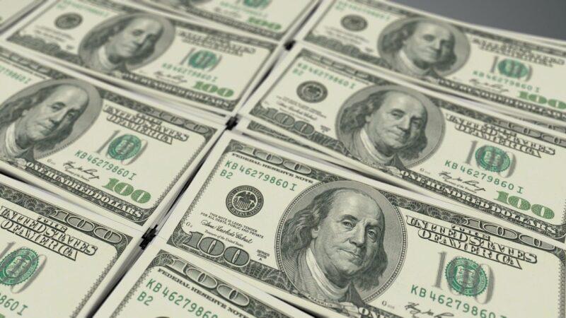 Dólar acompanha exterior e tem queda de 0,8%, negociado a R$ 5,61