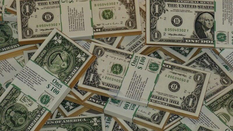 Dólar sobe 0,55% com investidor atento a indicadores