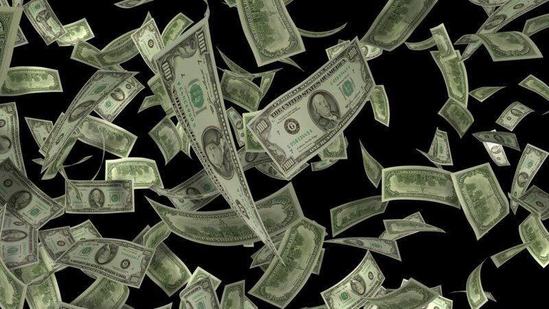 Dólar inverte sentido e opera em alta, com aversão a risco e desemprego