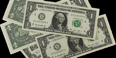 Dólar fecha em leve queda antes da definição da Selic