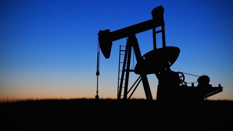 Petróleo fecha em alta de mais de 2% e retoma aos níveis registrados na sexta-feira passada