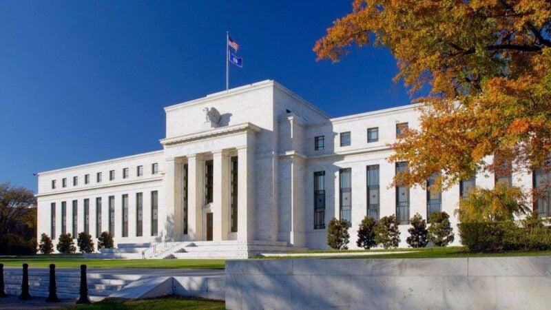 Taxas futuras de juros têm leve queda em cenário com alta do dólar e variante Delta