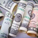 Dólar tem alta de 0,8%, com mercado acompanhando decreto que aumenta IOF