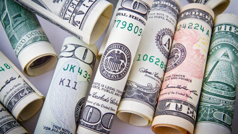 Dólar recua em dia de prévia do PIB e discussões sobre precatórios