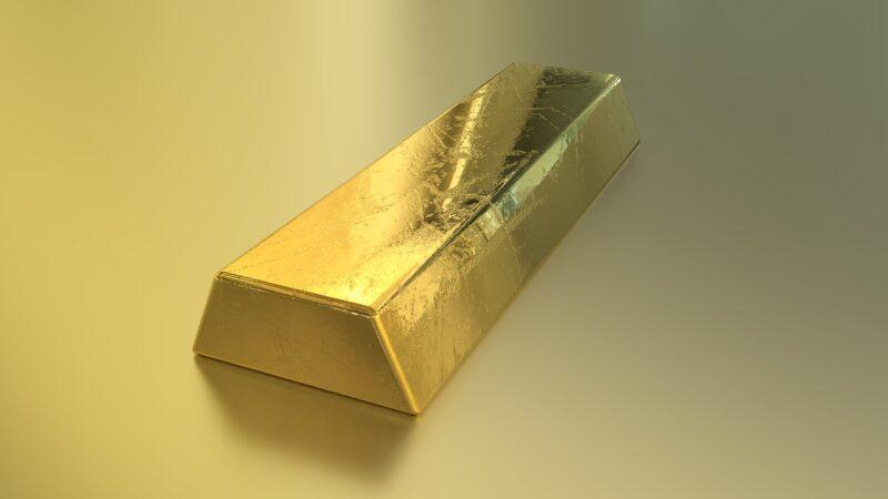 Ouro termina o dia em queda, pressionado por alta do dólar