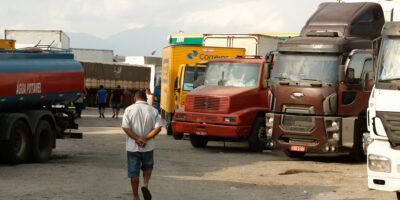 Caminhoneiros entregam reivindicações ao governo e ameaçam nova greve